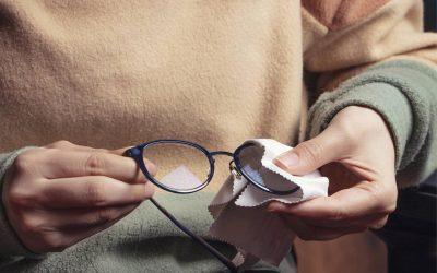 Hogyan vigyáz a szemüvegére egy optikus?
